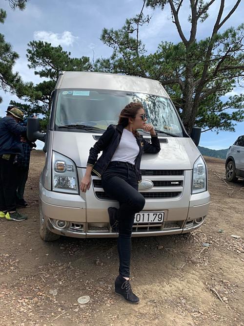 Thường Trang thấy chân dài hay chụp với siêu xe lắm, diễn viên Vân Trang dí dỏm bình luận về bức ảnh của mình.