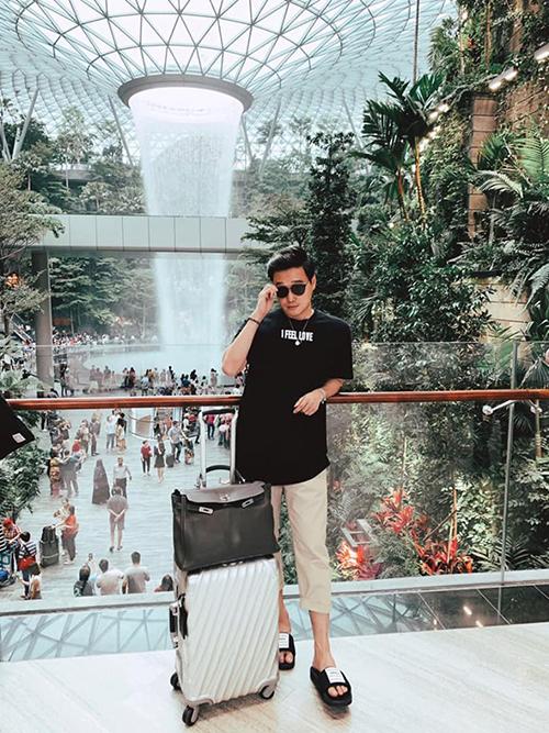 Rồi cái sân bay Jewel Changi Singapore làm như vầy ai làm lại? ca sĩ Quang Vinh hỏi.