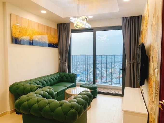 Căn nhà có diện tích 75m2, hai phòng ngủ và có ban công nhìn thấy nhiều tòa nhà chọc trời nổi tiếng của TP HCM.
