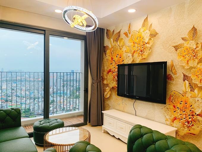 Phương Hằng và Anh Tâm quyết định tự trang trí nội thất với phong cách đơn giản, tạo cảm giác thoải mái khi ở nhà. Gàm màu chủ đạo là vàng và xanh lá vốn hợp mạng hai vợ chồng.