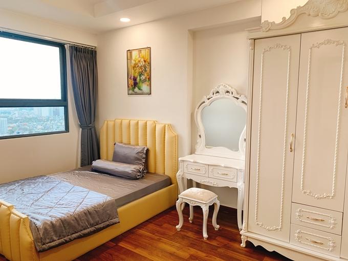 Phòng ngủ lớn của hai vợ chồng có nội thất cầu kỳ hơn cùng gam màu trắng chủ đạo. Phương Hằng thích nhất ở trong phòng buổi tối, nhìn từ cửa sổ xuống thấy xe máy chạy ngược xuôi tạo thành hình ảnh đẹp mắt.