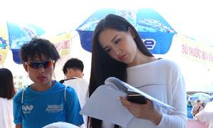 Mai Phương Thúy nhận bib tại VnExpress Marathon