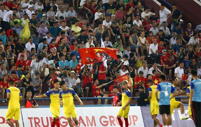 Trời mưa to ở Việt Trì khiến sân bị ướt trước khi trận đấu Việt Nam - Myanmar khởi tranh. 30 phút trước tiếng còi khai cuộc lúc 20h, mưa ngớt giúp khán giả thoải mái chứng kiến màn so tài của hai đội.