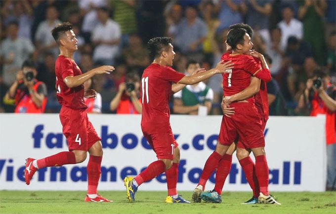 Việt Nam sớm có bàn vươn lên dẫn trước nhờ cú sút xa của Triệu Việt Hưng ở phút 14. Chủ nhà tỏ ra lấn lướt đối thủ. Trong suốt hiệp một, Myanmar tạo ra rất ít cơ hội, thủ môn Bùi Tiến Dũng hầu như không phải hoạt động trừ tình huống băng ra cắt bóng trong chân tiền đạo đối phương ở phút cuối hiệp một.
