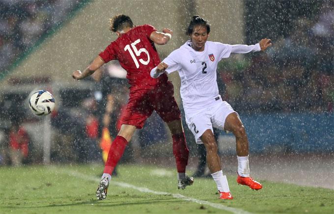 Nửa cuối hiệp một, trời đổ mưa lớn. Hai đội thi đấu trong điều kiện sân trơn bóng ướt.