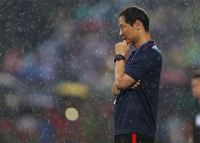 Lối chơi của chủ nhà cũng xáo trộn phần nào khi HLV Kim Han-yoon đưa ra tối đa 10 sự thay đổi người trong hiệp hai. Chỉ thủ môn Bùi Tiến Dũng thi đấu trọn vẹn 90 phút.