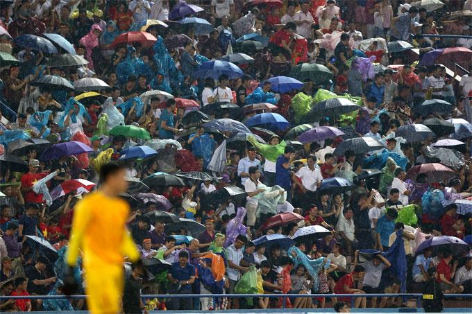Khán giả cầm ô, mặc áo mưa vẫn phủ kín sân Việt Trì cổ vũ Bùi Tiến Dũng và đồng đội.