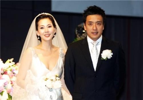 Cặp sao nổi tiếng trong ngày cưới năm 2005.