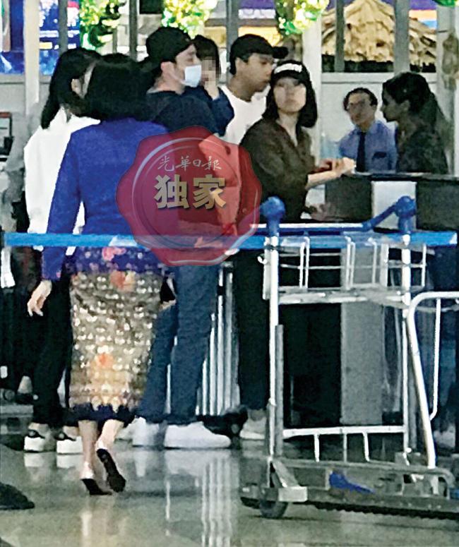 Hoắc Kiến Hoa trở về Đài Loan, sau vài ngày sang Malaysia thăm bà xã Lâm Tâm Như đang đóng phim tại đây. Đồng hành với anh trong chuyến đi còn có cô con gái Cá Heo Nhỏ. Tại sân bay Kuala Lumpur hôm 6/6, bé gái được bố bế trên tay. Đây là lần đầu tiên con gái của vợ chồng Kiến Hoa - Tâm Như lộ diện.