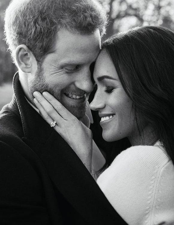 Harry và Meghan chụp ảnhở Windsor sau khi thông báo đính hôn tháng 12/2017. Ảnh: AP.