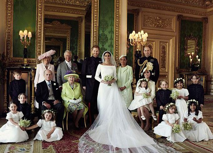 Một trong ba bức ảnh cưới được công bố chính thức của vợ chồng Meghan. Trong ảnh, Harry và Meghan chụp cùng vợ chồng Nữ hoàng, vợ chồng Thái tử Charles, vợ chồng Hoàng tử William và các phù dâu, phù rể nhí ở lâu đài Windsor hôm 19/5/2018. Ảnh: AP.