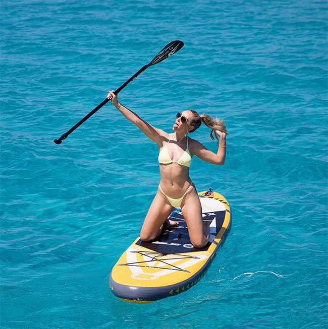 Trong bộ bikini vàng, Perrie Edwards tự tin khoe thân hình nóng bỏng.