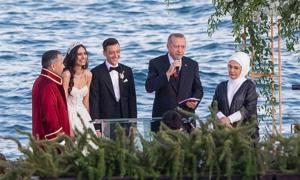 Tổng thống Thổ Nhĩ Kỳ làm phù rể trong đám cưới của Ozil và hoa hậu