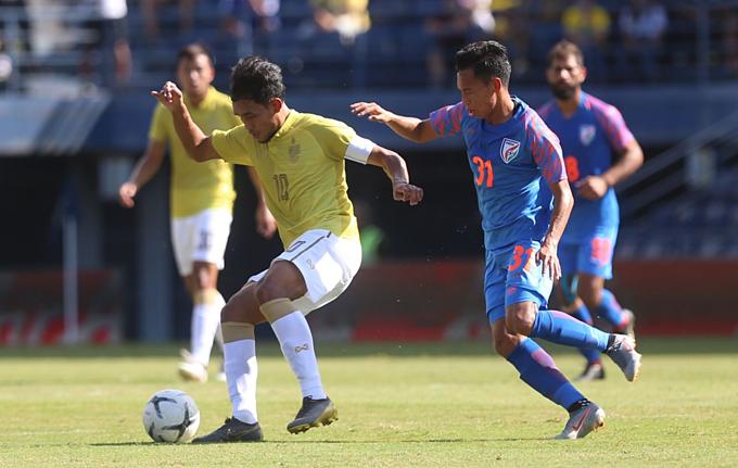 Dangda (trái) chơi không tốt trong trận thứ 100 đá cho Thái Lan.