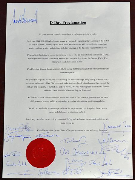 Chữ ký Trump trên nóc tuyên bố chung với lãnh đạo thế giới. Ảnh:AFP.