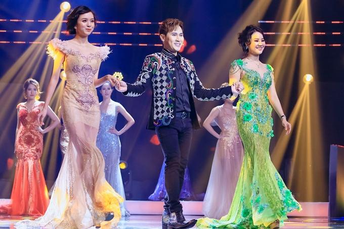 Nguyên Vũ thể hiện khả năng catwalk cùng các người mẫu trong bộ sưu tập đầm dạ hội của nhà thiết kế Nam Phong.