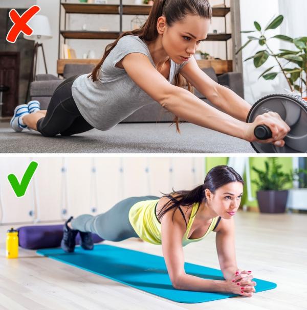 Lăn tạ đơn Bài tập này giúp giảm mỡ thừa vòng eo rất tốt nhưng có thể làm tăng cơ bắp tay, chỉ thích hợp với những người có nhu cầu tăng cơ vùng vai và tay.