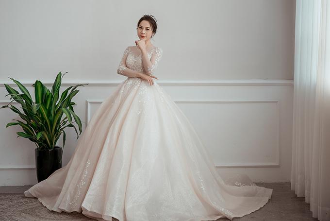 Mẫu váy xòe phồng là niềm mơ ước của hàng triệu cô dâu, giúp nàng hóa thân thành công chúa cổ tích, toát lên vẻ đẹp kiêu sa khiến người đối diện không thể rời mắt khỏi tân nương.
