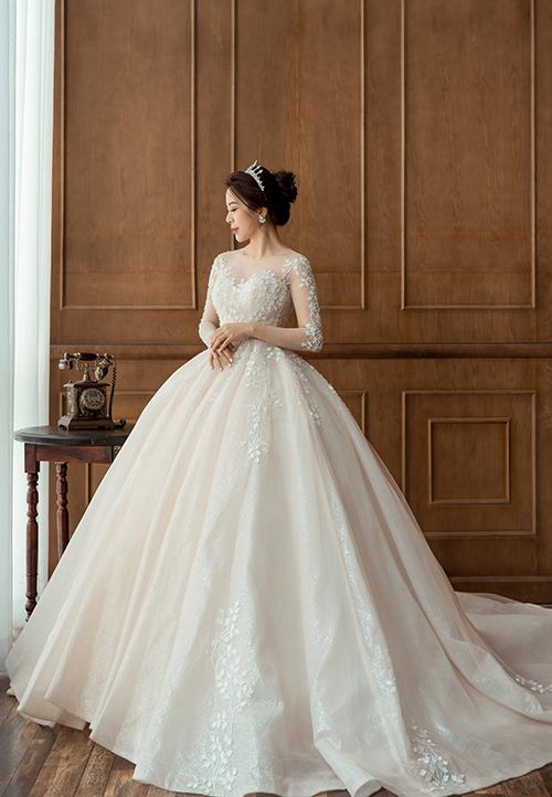 Thiết kế có gam màu trắng và hồng nhạt giúp nàng dâu có sự lựa chọn đa dạng cho ngày đại hỷ.