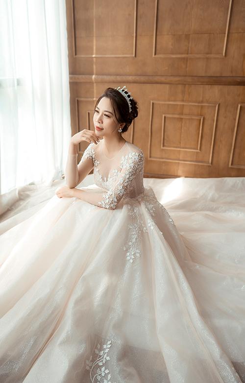 Váy có giá bán 36 triệu đồng, giá thuê là 12 triệu đồng.