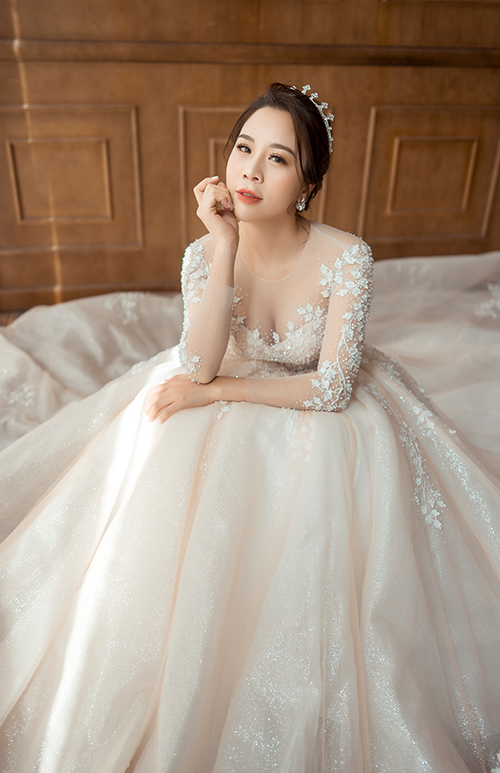 Ngọc trai, pha lê lấp lánh được đính kết dọc thân váy để tạo độ lấp lánh, bắt sáng cho thiết kế, giúp cô dâu tỏa sáng ở mọi khung hình.