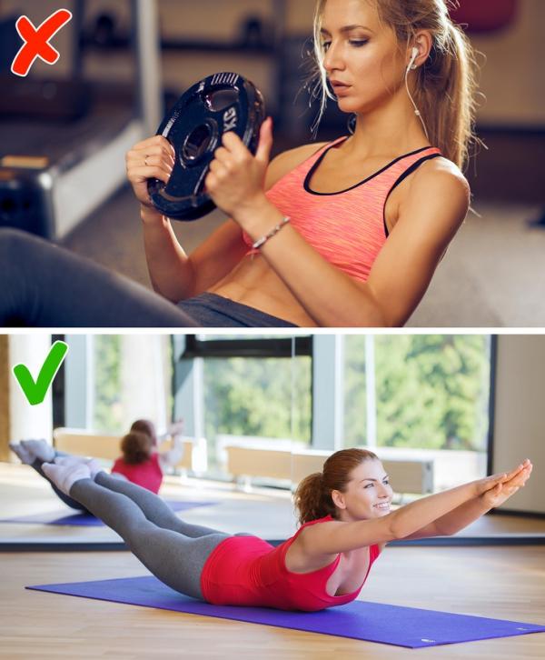 Gập bụng với tạ Đây cũng là bài tập không dành cho người muốn chỉ cần giảm mỡ, không cần tăng cơ. Bài tập thay thế đơn giản mà hiệu quả hơn là nằm sấp, nâng toàn bộ tay và chân lên cao.