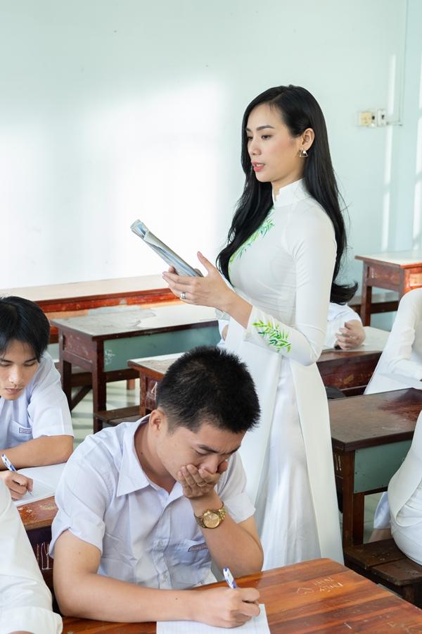 Nữ ca sĩ gửi tặng ca khúc cho các bậc phụ huynh và các bạn học sinh cuối cấp đang chuẩn bị bước vào kì thi Đại học.
