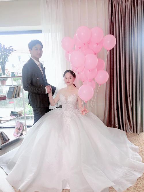 Trong tập đầu của bộ phim Nàng dâu order, nhân vật Hoàng Yến do diễn viên Lan Phương thủ vai đã diện hai thiết kế váy cưới xòe phồng giống nhau và chỉ có sự khác biệt về màu sắc (trắng, hồng).