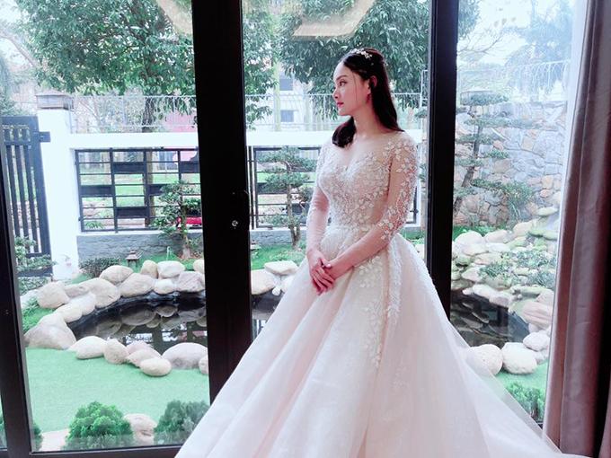 Đây là thiết kế váy cưới cao cấp nhập khẩu từ Hàn Quốc. Váy có cổ illusion (cổ voan mỏng và cổ cúp ngực trái tim) theo xu hướng thời trang cưới hiện đại.