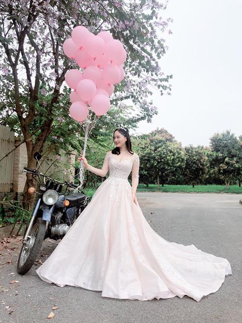 Họa tiết dây leo khắp thân trên và đến nửa thân váy điểm xuyết cho vẻ thanh tân, tăng sự nữ tính cho nàng dâu.
