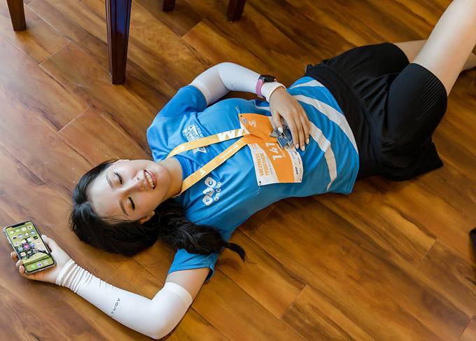 Khi về đến khách sạn, Mai Phương Thúy nằm lăn ra sàn nhà vì quá mệt.