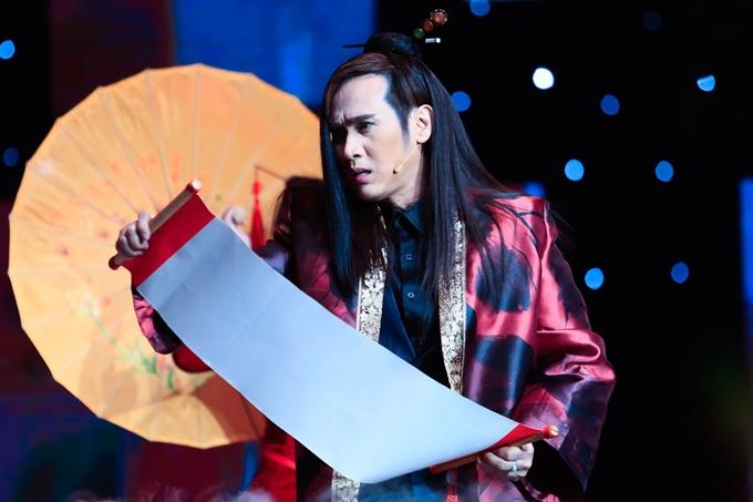 Nam ca sĩ xuất hiện với tạo hình cổ trang khi biểu diễn tiết mục Đêm ngậm ngùi.