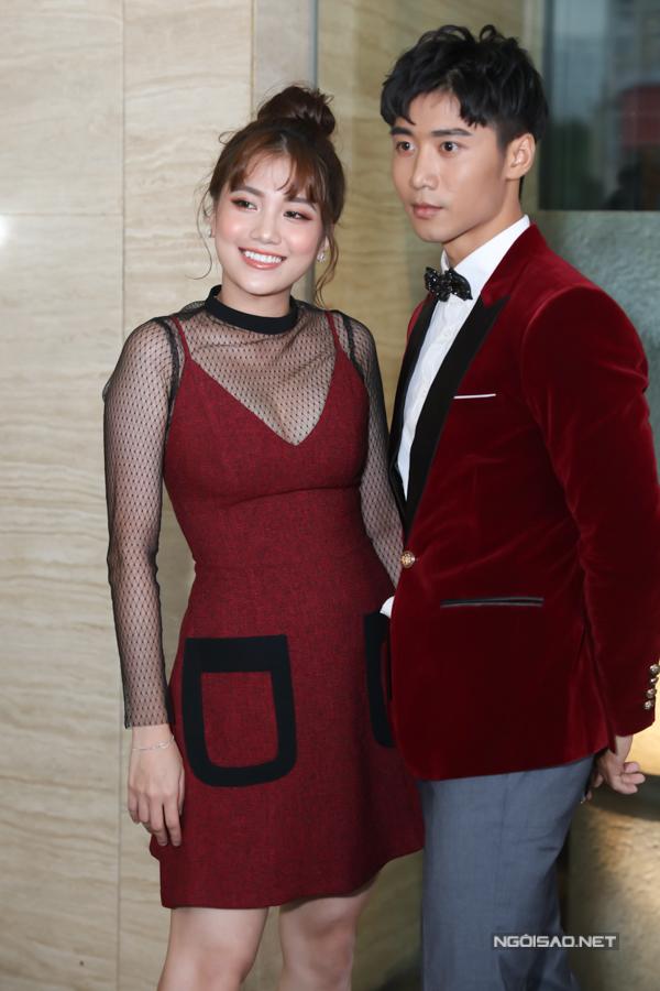 Đội Đỏ là hai thí sinh: ca sĩ Emma Nhất Khanh và người mẫu Tôn Kinh Lâm.