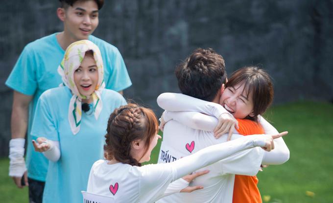 Dẫu bị tách ra thành hai team đối đầu nhau nhưng vợ chồng Hari - Trấn Thành thi thoảng vẫn thể hiện tình yêu.