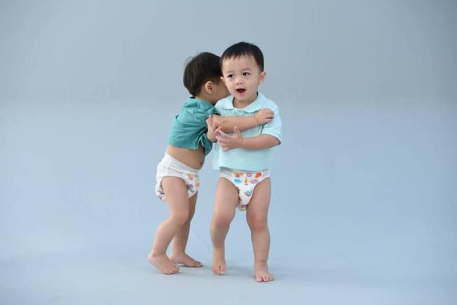 Hai anh em sinh đôi rất nghịch ngợm và hiếu động, các cậu bé chạy nhảy khắp trường quay. Từ khi chào đời,Thunder và Storm sát cánh với mẹ tại nhiều sự kiện lớn, nhỏ của làng giải trí Thái Lan, hai cậu bé cũng từng xuất hiện trên tạp chí.