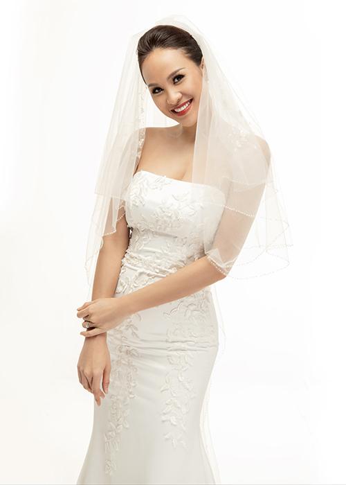 Bộ váy đầu tiên mà Phương Mai lựa chọn cho bộ ảnh cưới của mình là váy cúp ngực dáng đuôi cá. NTK Lek Chi đã khai thác chất liệu lụa satin làm váy, giúp tôn dáng ngọc của cô dâu.
