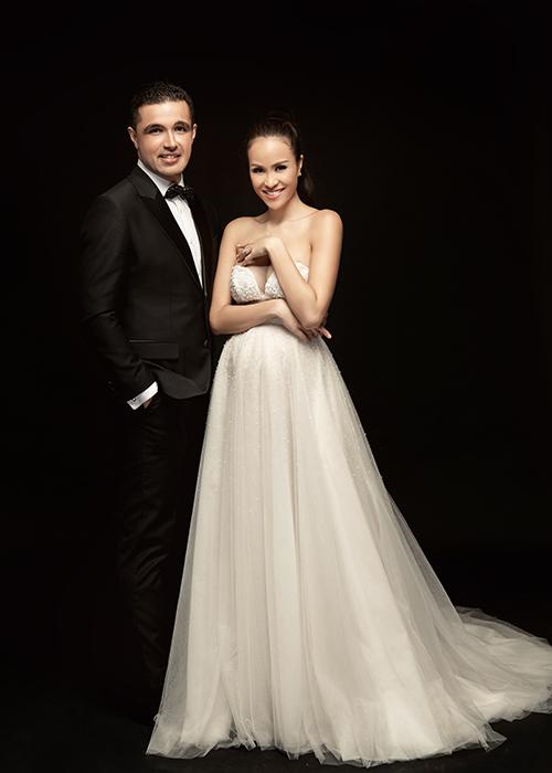 Thiết kế cuối cùng mà cô dâu tương lai chọn lựa là váy chữ A được đính kết thủ công bởi 20 loại hạt cườm, pha lê và kim sa. Thiết kế có phần ngực xẻ sâu, ôm khít, tôn vòng một gợi cảm.