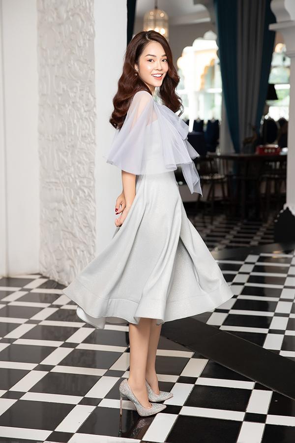 Trong bộ ảnh vừa thực hiện, Dương Cẩm Lynh chọn các mẫu trang phục đơn sắc, kiểu dáng thanh lịch và dễ áp dụng cho chị em văn phòng khi đi làm.