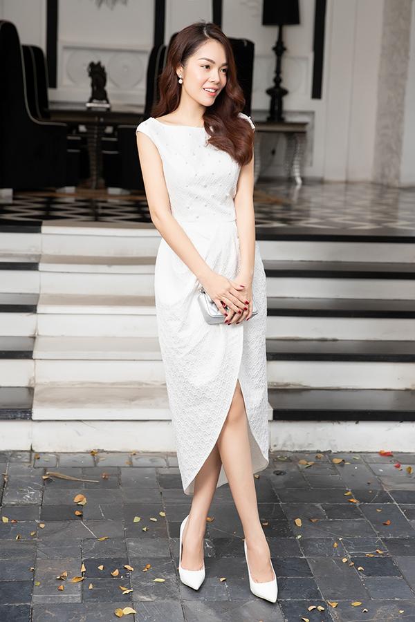 Các x váy dài, tôn nét trang nhã thiết kế trên các chất liệu vải lụa, gấm và được trang trí ngọc trai sang trọng để tăng sức quyến rũ cho phái đẹp.