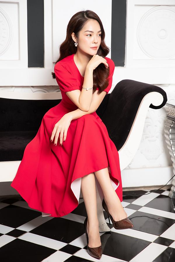 Phối hợp cùng các mẫu váy đơn sắc, đường nét tinh tế là các kiểu hoa tai, vòng tay hạt ngọc trai - phụ kiện hot trend ở mùa xuân hè 2019.