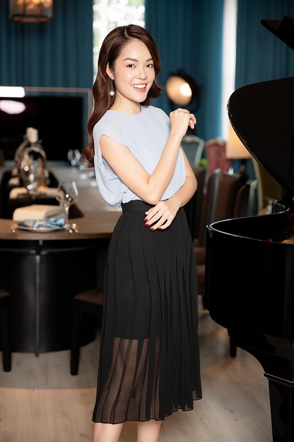 Những trào lưu ăn mặc thịnh hành như vải xuyên thấu, chân váy dập ly cũng được cập nhật một cách tinh tế trong các thiết kế cho nàng công sở.