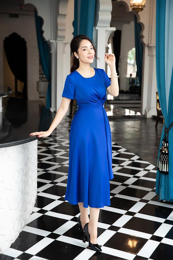 Đầm dángdài, váy liền thân, đàm xoắn eo được thiết kế trên các chất liệu lụa nhân tạo, lụa mềm tôn nét nhẹ nhàng và nữ tính cho người mặc.