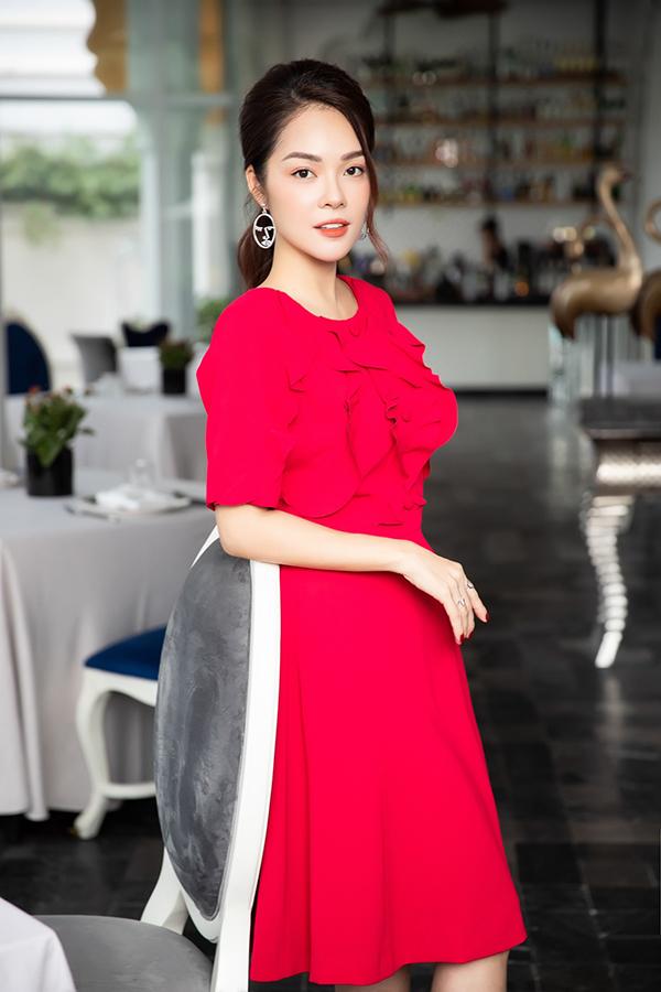 Đầm dáng xoè, kiểu liền thân đơn giản trở nên bắt mắt hơn với lối xếp bèo nhún bản rộng cho phần cổ áo.