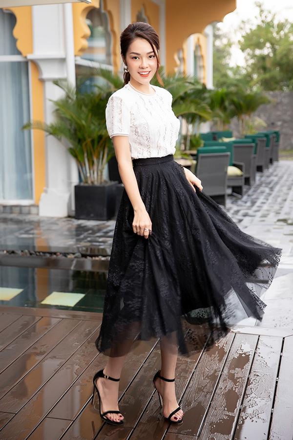 Ngoài việc áp dụng nhiều kiểu trang phục hợp xu hướng, nhà mốt Việt còn khai thác nhiều chất liệu khác nhau để tăng sức hút cho tông màu trắng đen.