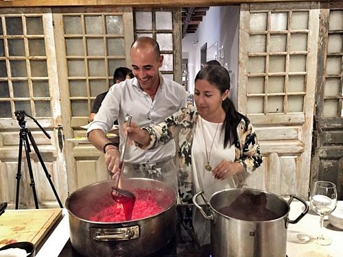 Đầu bếp David Rocco (trái) sẽ tới Việt Nam để thực hiện món phở chọc trời hoàn toàn mới.