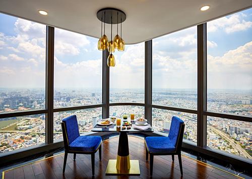 Không gian được lựa chọn làm địa điểm tổ chức chính là nhà hàng Oriental Pearl tọa lạc tại tầng 66 của khách sạn cao nhất Đông Nam Á này. Với tầm cao vài trăm mét đem đến tầm nhìn triệu đô trong không gian sang trọng, ấm cùng kết hợp cùng ẩm thực hoàn hảo chính là những trải nghiệm cực kỳ đắt giá dành cho các thượng khách dự tiệc.