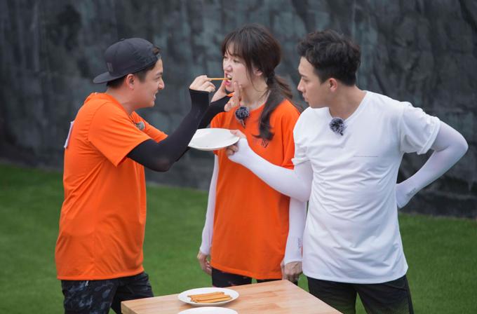 Khi đến lượt Hari - Ngô Kiến Huy vượt qua trò cùng ăn que bánh, Trấn Thành cũng kè kè bên cạnh nhìn cả hai với ánh mắt đầy ghen tuông.