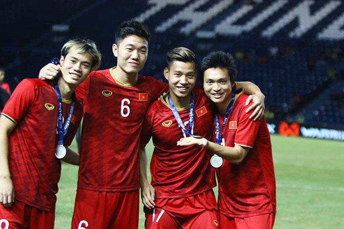Nhóm cầu thủ trưởng thành từ lò đào tạo HAGL gồm Văn Toàn, Xuân Trường, Văn Thanh và Tuấn Anh vui vẻ chụp kỷ niệm sau khi nhận huy chương bạc