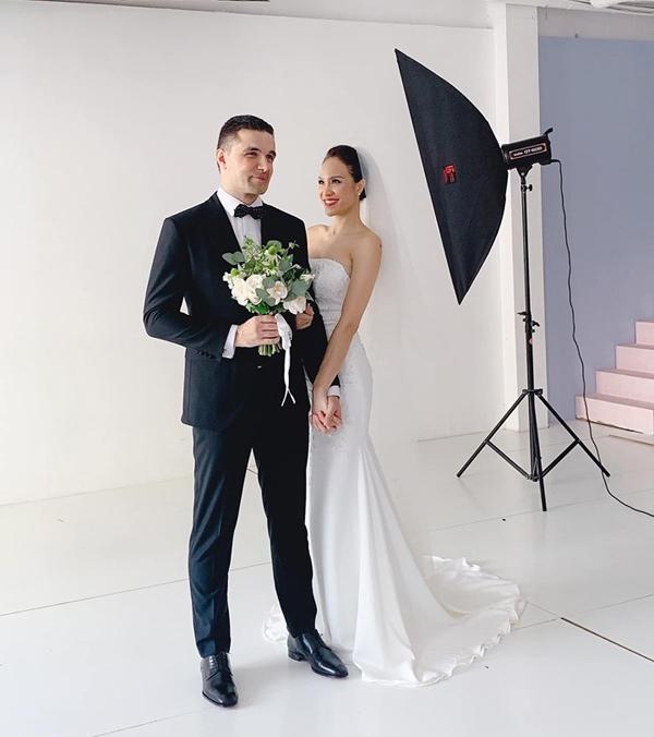 Phương Mai chia sẻ hậu trường chụp ảnh cưới của cô và bạn trai Tây. Cựu siêu mẫu cho biết, cô phải tranh thủ bay ra Hà Nội chụp ảnh cưới rồi trở lại Sài Gòn hoàn tất công việc. Hôn lễ của cặp đôi sẽ tổ chức vào ngày 15/6.