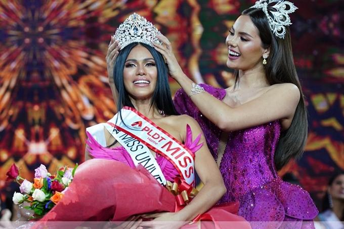 Người đẹp nhận vương miện từ Hoa hậu Philippines 2018 cũng là đương kim Miss Universe - Catriona Gray.